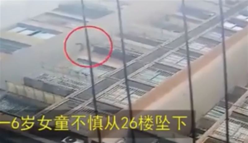 Девочка упала с высоты 26 этажа и осталась жива