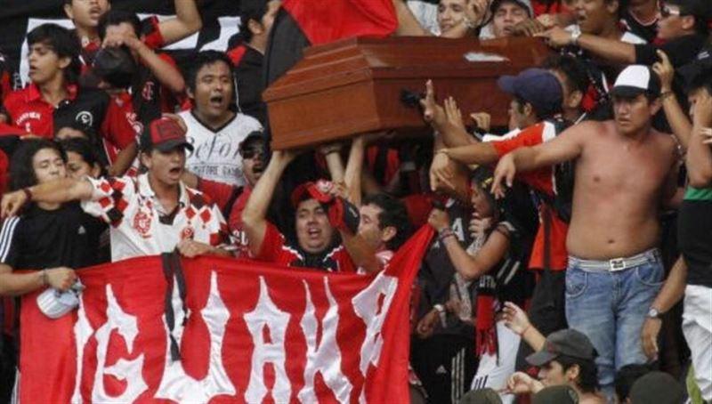 Футбольные фанаты принесли на матч гроб с телом убитого болельщика