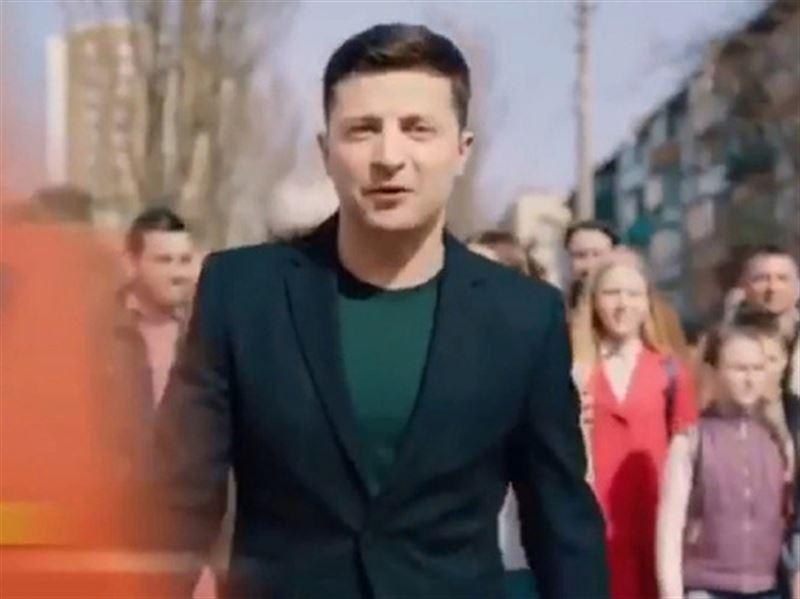 Команда Порошенко опубликовала ролик, где Зеленского сбивает фура