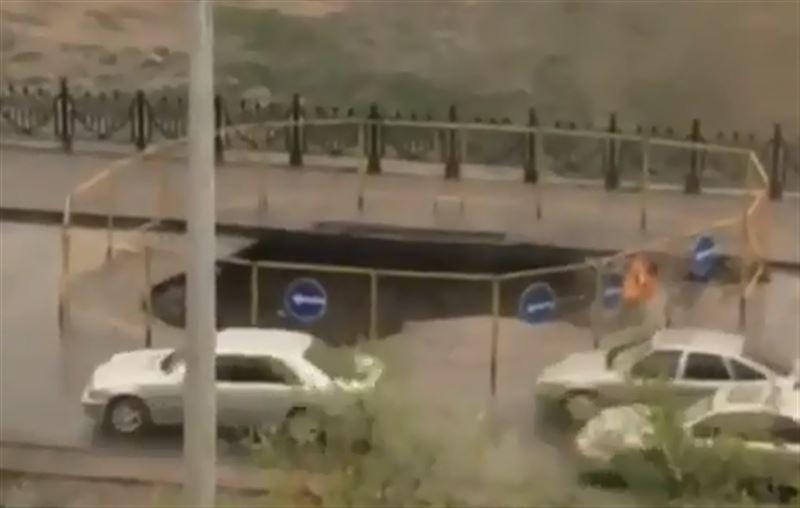 В Алматы неподалеку от озера Сайран обвалился асфальт