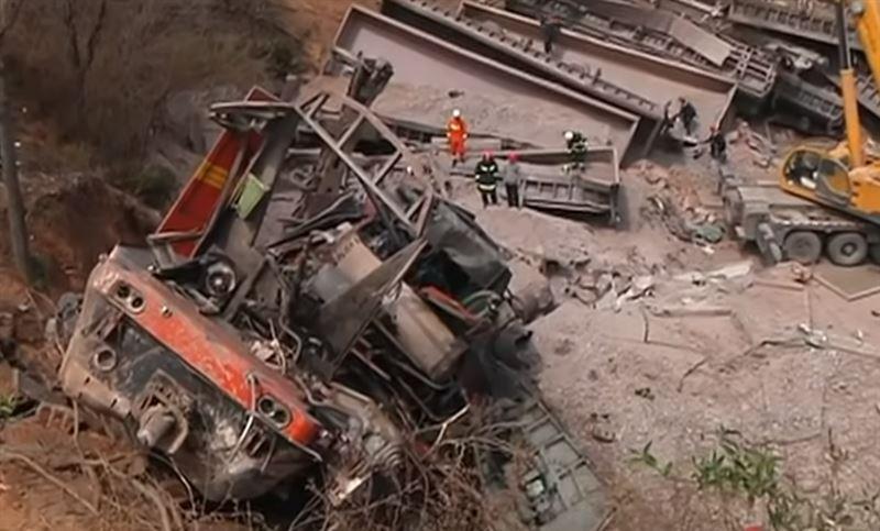 Грузовой поезд сошел с рельсов и врезался в дом в Китае