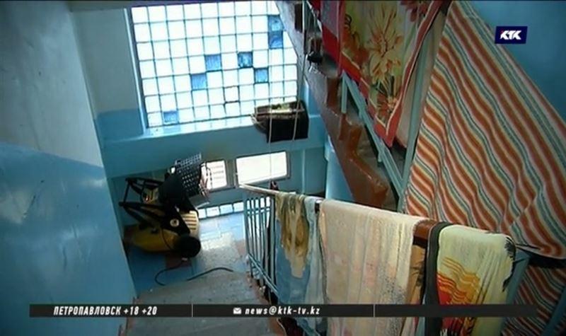 Тепловыми пушками сушат затопленные кипятком квартиры в Алматы