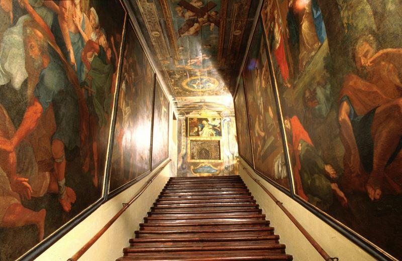 Лестницу, по которой Христос шел перед казнью, показали в первозданном виде