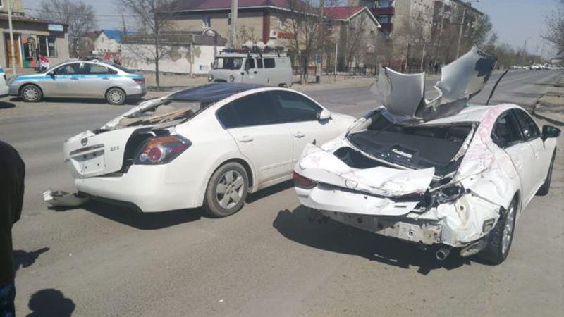 Крышу сорвало ветром, и та рухнула на авто в Атырау