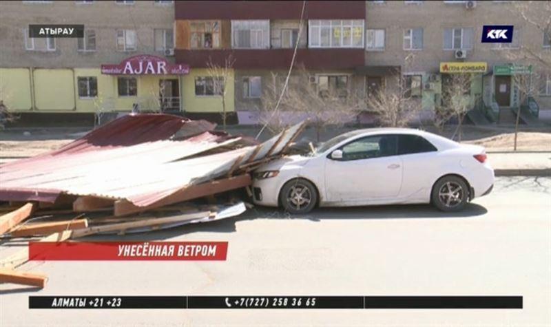 Кровля атырауской многоэтажки из-за сильного ветра рухнула на автомобили