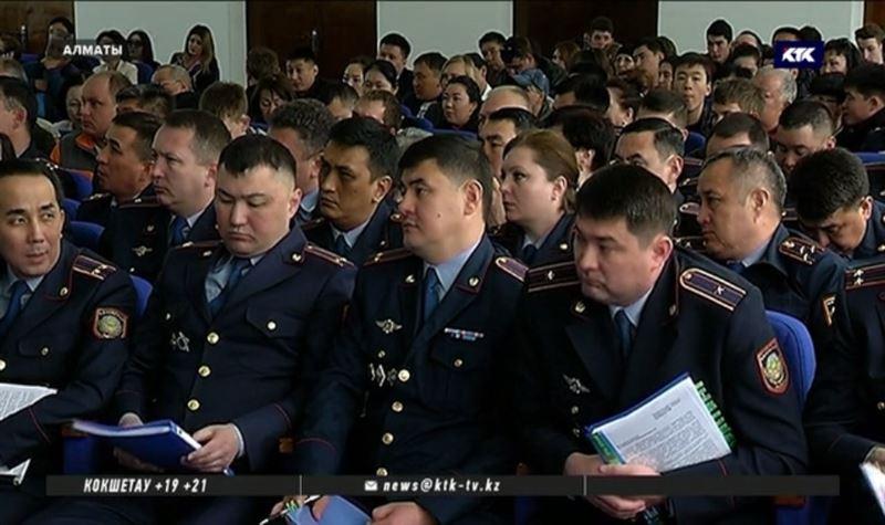 За грубость и нарушения наказали почти 700 алматинских полицейских