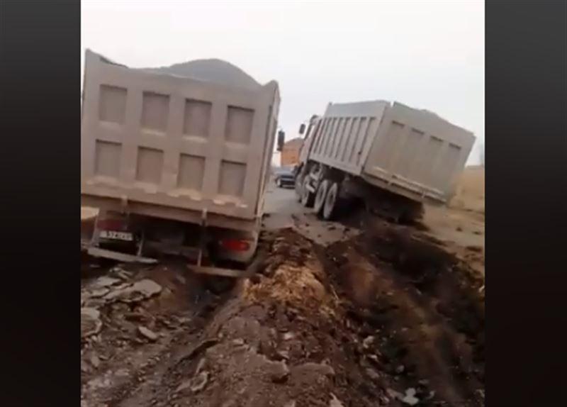 Асфальт провалился под грузовиками в Карагандинской области