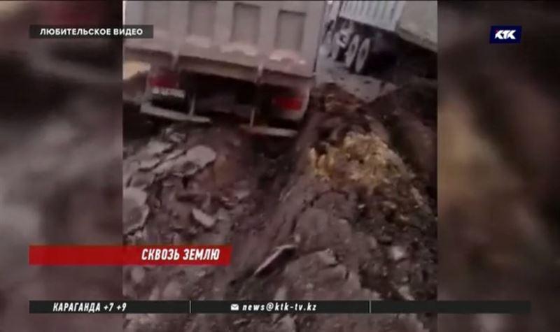 Грузовики застряли в асфальте в Карагандинской области