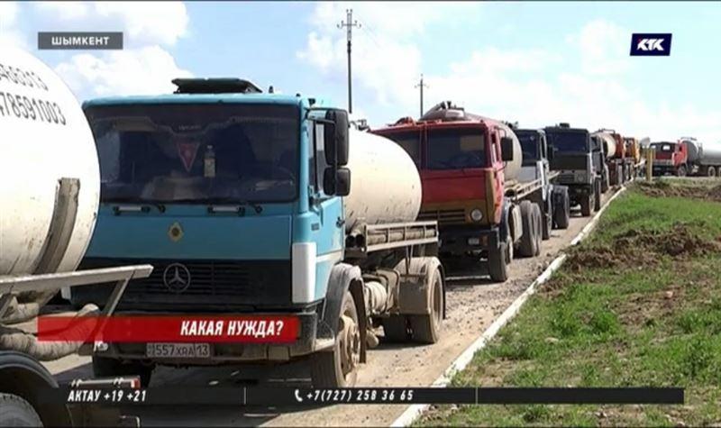 Ассенизаторы выстраиваются в километровые очереди в Шымкенте