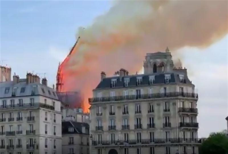 Из-за пожара в соборе Нотр-Дам де Пари рухнул шпиль