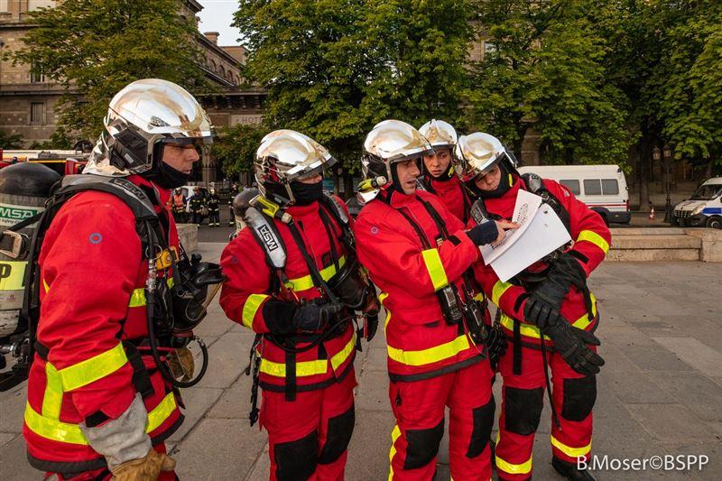 Двое полицейских и пожарный пострадали при пожаре в Нотр-Даме
