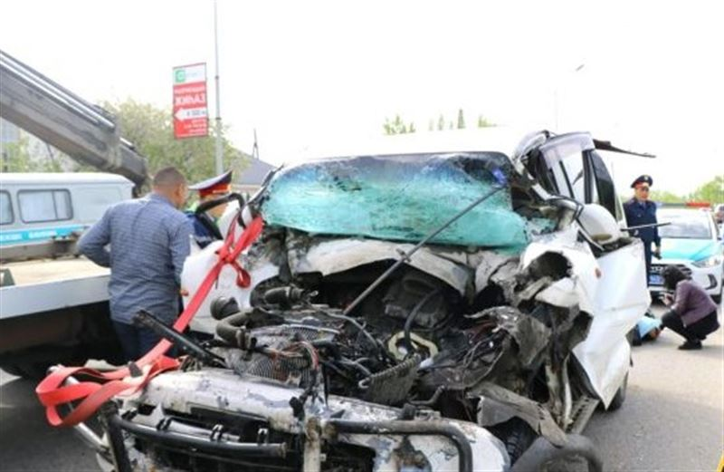 Смертельная авария с участием микроавтобуса и КамАЗа произошла в Алматы
