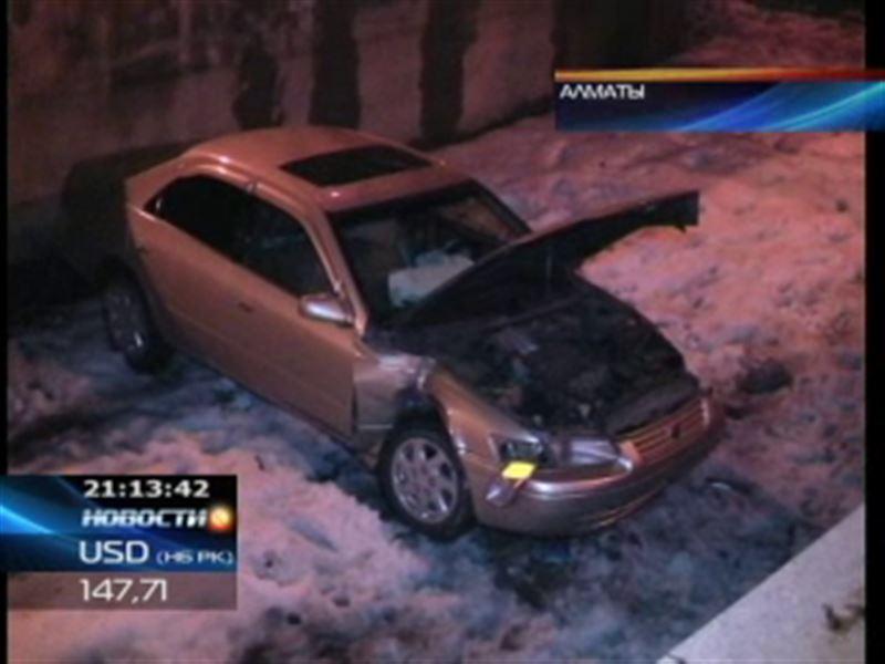 В Алматы в результате аварии машина угодила в городскую речку