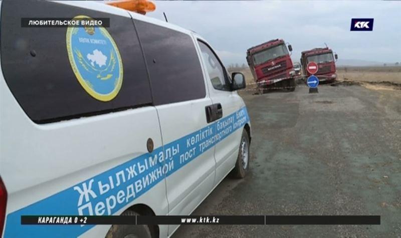 В Карагандинской области ищут водителей, бросивших свои грузовики на «дырявой» трассе