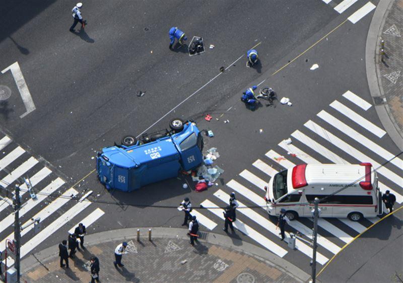 В Токио мусоровоз влетел в толпу прохожих