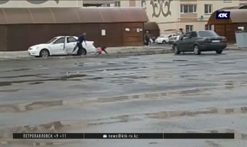 С мужчиной, вытолкнувшим школьницу из машины, «провели беседу»
