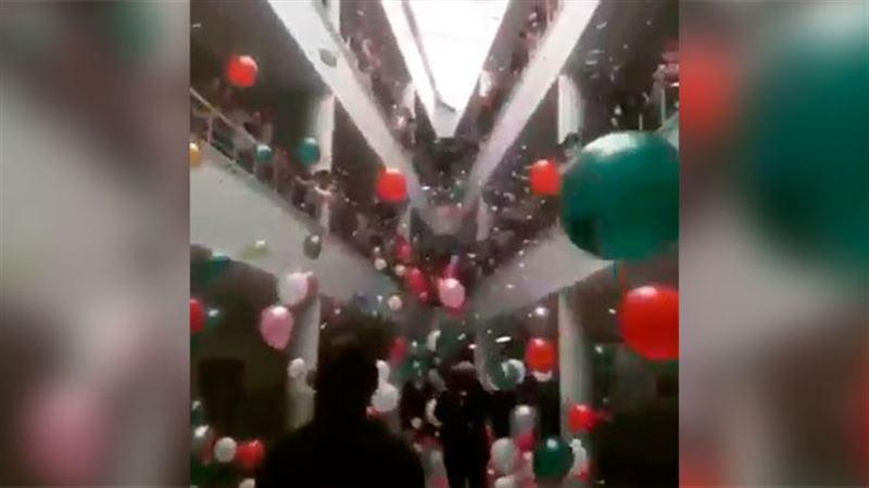 Школьники встретили победившего рак учителя с шариками и аплодисментами