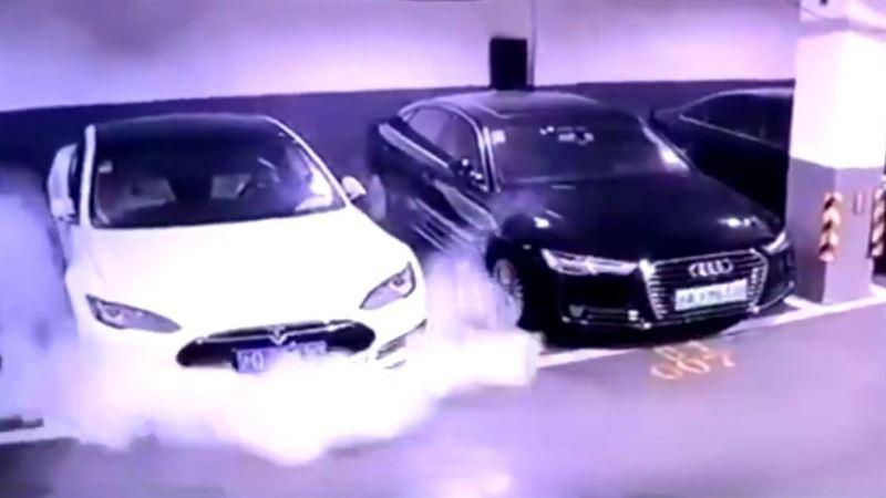 Электромобиль американской компании Tesla загорелся на подземной стоянке в Шанхае