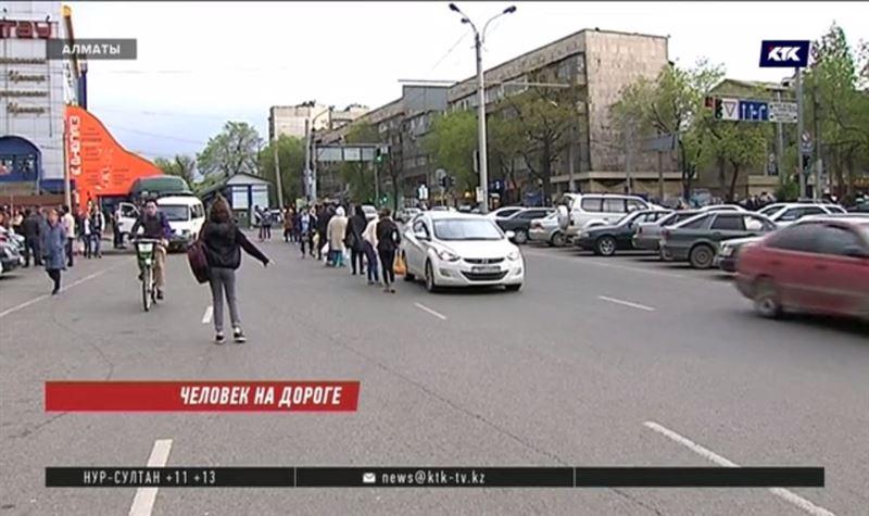 Полиция взялась за алматинцев, которые ловят такси на проезжей части
