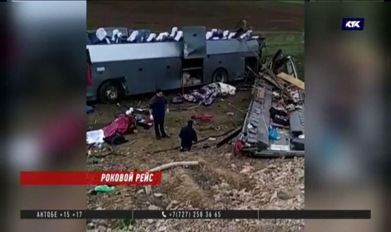 «Ездить-то кому-то надо» - хоронят первых жертв автокатастрофы на Кордае