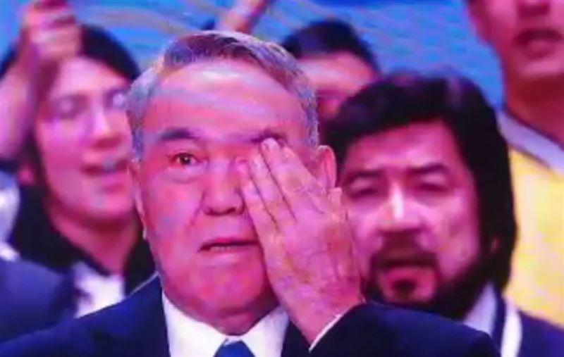 Назарбаев Nur Otan сьезінде көзіне жас алды