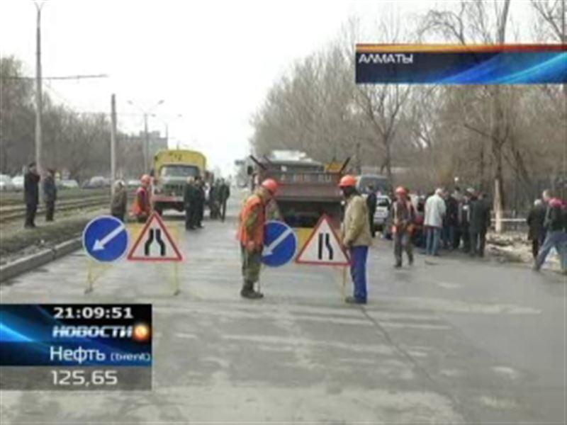 В Алматы лопнул подземный трубопровод
