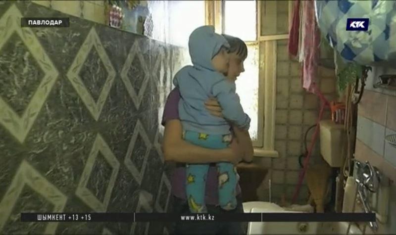 Семья с шестимесячным ребёнком осталась одна в доме, идущем под снос