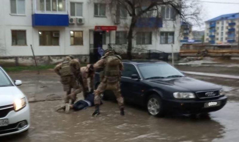 В Атырау сотрудники спецназа во дворе пятиэтажки задержали преступников
