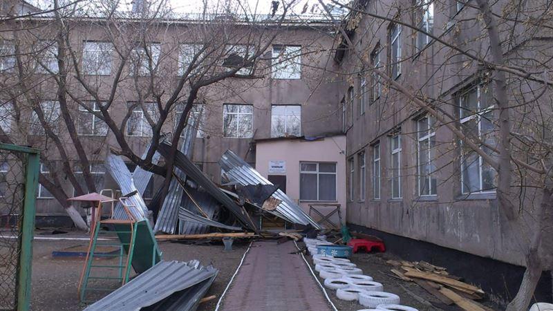 Ветер снес кровлю с четырех зданий в Карагандинской области