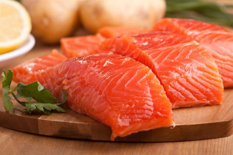 Ученые связали риск ранней смерти с употреблением жирной рыбы