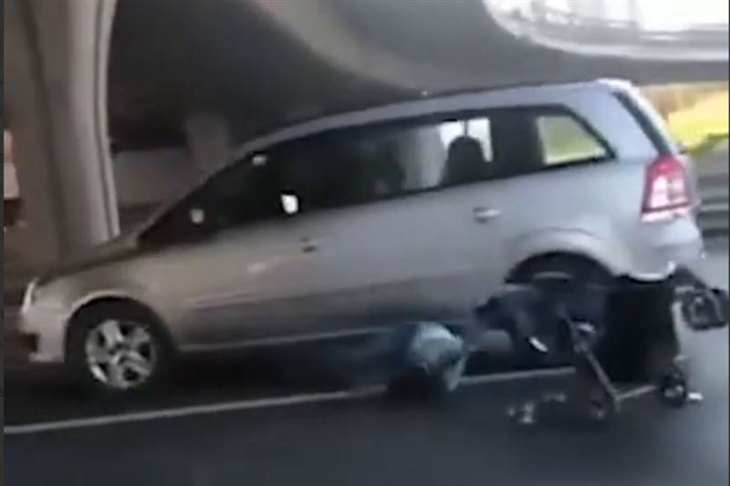 В России сбили перебегавшую магистраль с коляской женщину