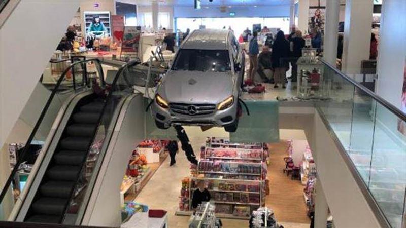 Автомобиль въехал в здание ТЦ в Гамбурге
