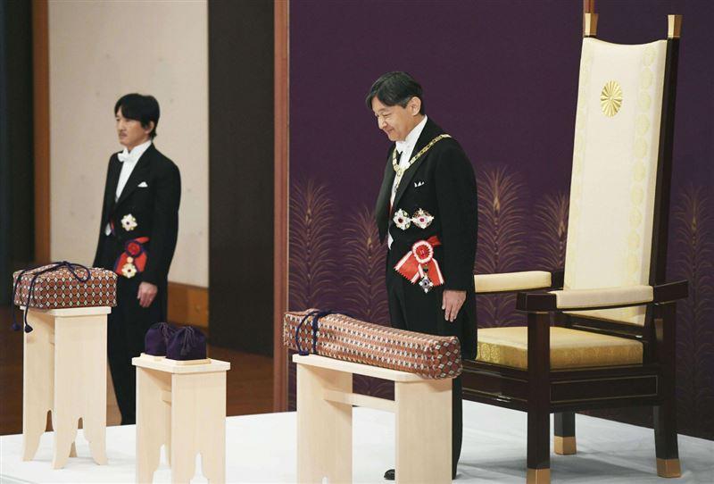 Нарухито вручили символы императорских полномочий. В Японии началась эра Рэйва