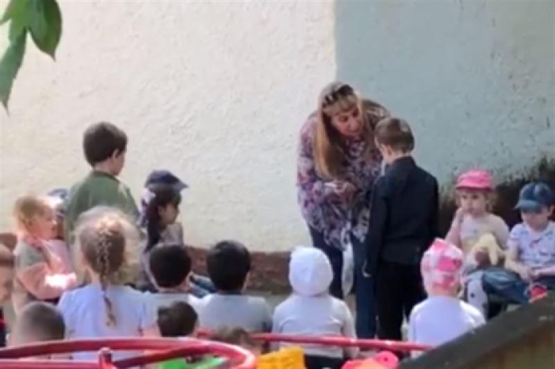 «Целуй землю, тварь». В России заведующая детсадом заставила воспитанника целовать землю