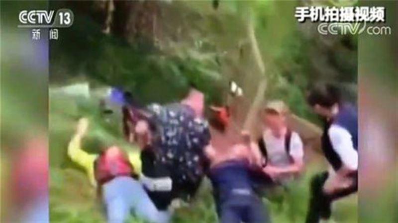 В Китае 2 человека погибли, упав с горки в парке развлечений