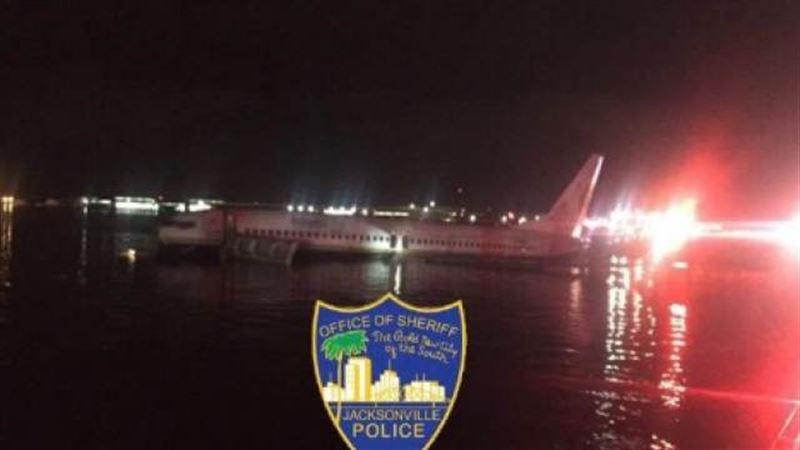 Чартерный самолет с сотней пассажиров на борту упал в реку в США