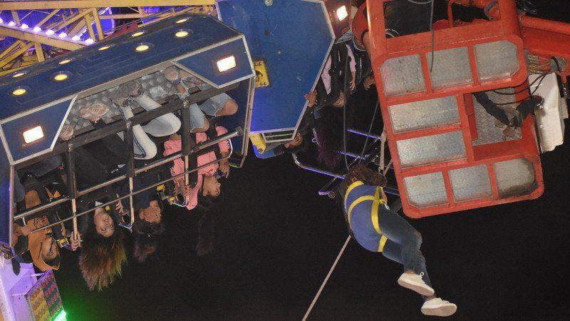 Посетители сломавшегося аттракциона провели над землей 4 часа