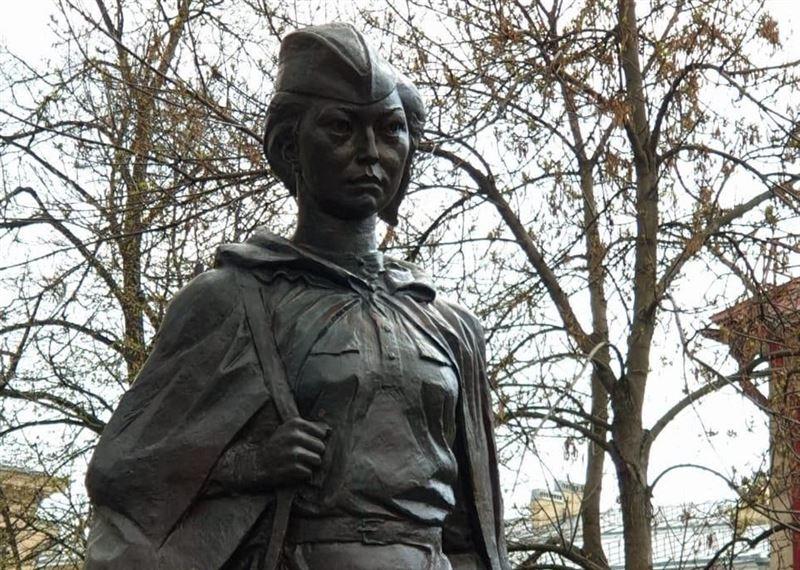 Памятник снайперу Молдагуловой возвели в Петербурге