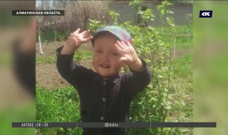 «Скорая ехала полтора часа»: мать утонувшего в канале малыша рассказала подробности
