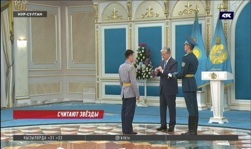 Президент Токаев раздал ордена и медали по случаю Дня защитника Отечества
