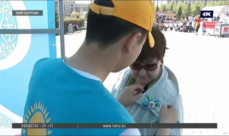 Казахстанцам начали раздавать символику Победы