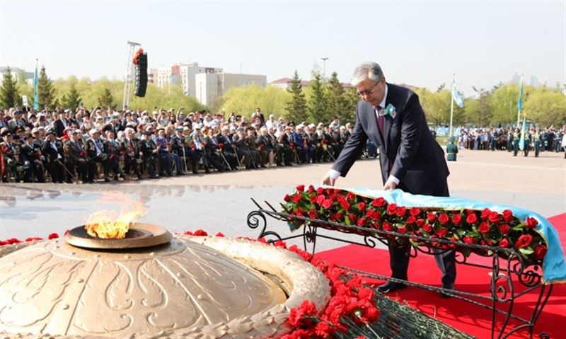 Тоқаев Отан қорғаушылар монументіне гүл шоғын қойды