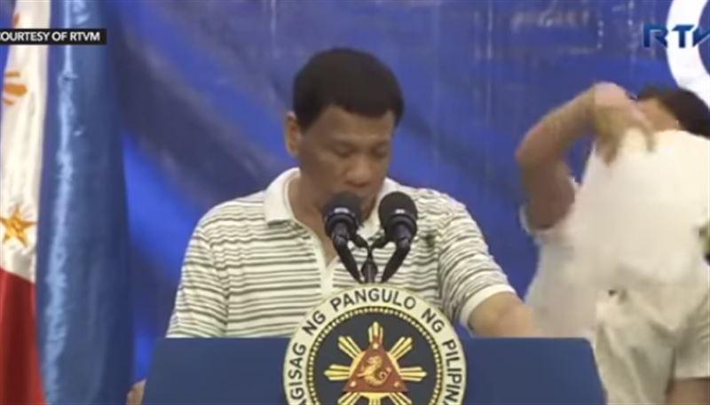 Президент Филиппин стряхнул таракана, заползшего на его плечо