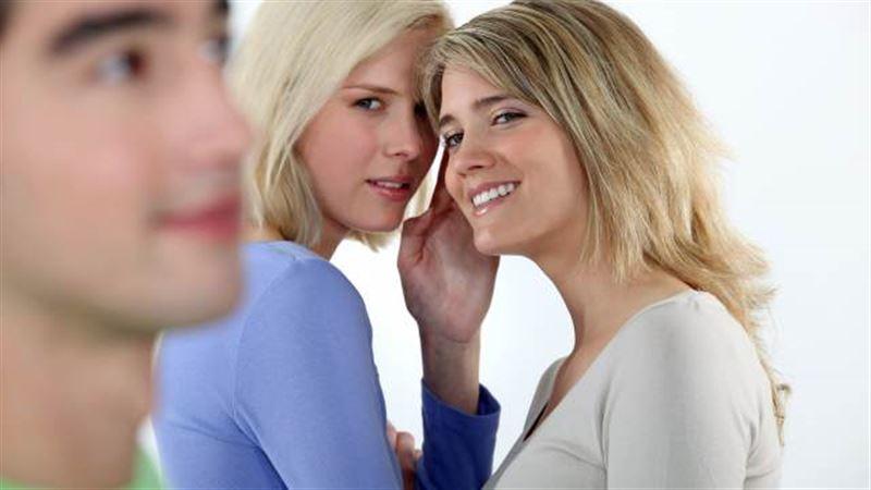 Психологи рассказали, кто чаще всего сплетничает