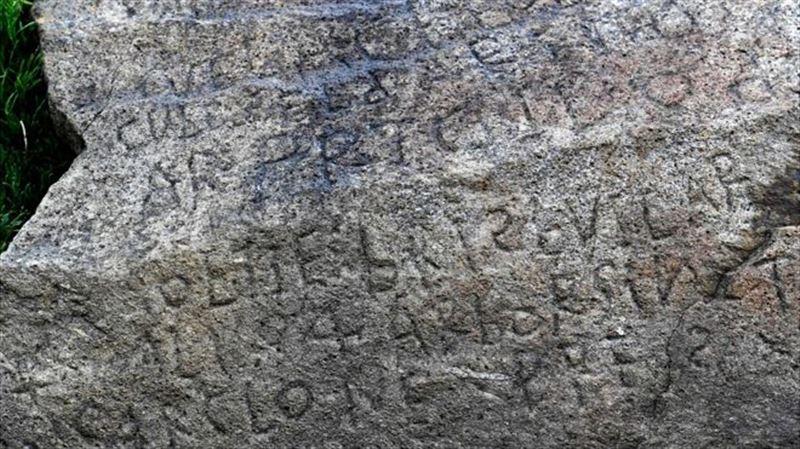 2000 евро тому, кто расшифрует надпись на камне