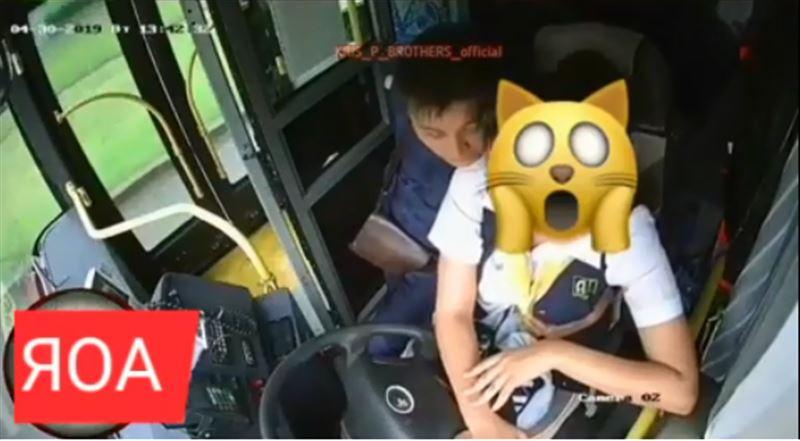 В Алматы на видео попала увлекшаяся любовными утехами водитель троллейбуса