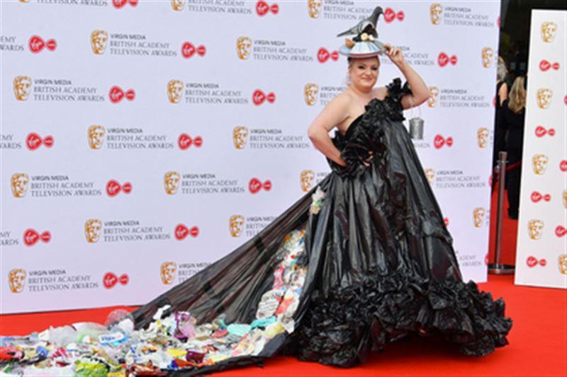 Актриса вышла в свет в платье из мусорных пакетов