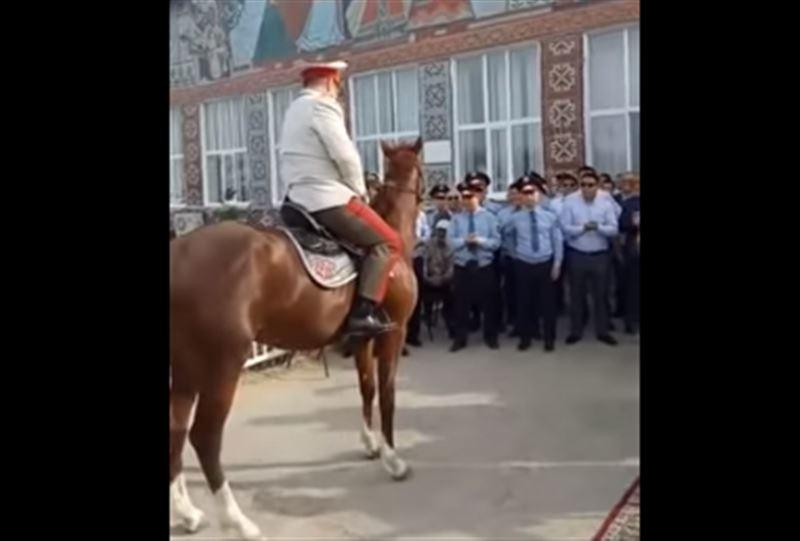 Атырауда атқа мінген полиция бастығы желіні шулатты