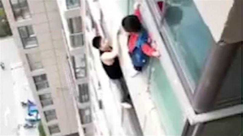 Потерявший родителей ребенок прошел по карнизу 14 этажа и выжил
