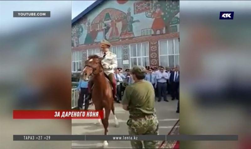 Президент потребовал разобраться с конём, подаренным начальнику полиции